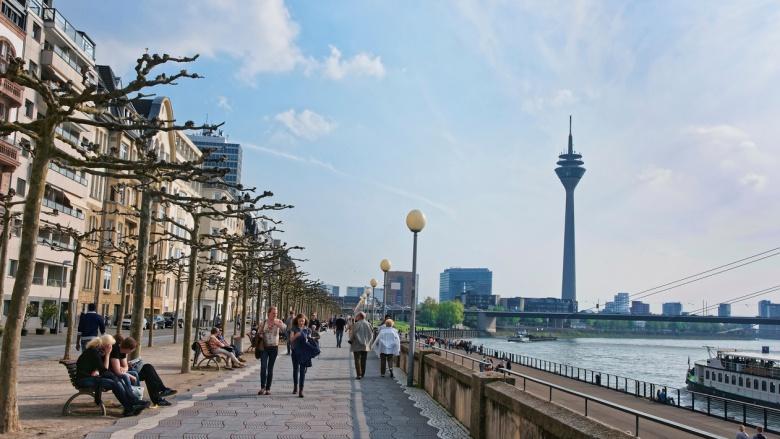 Fußgänger Rheinuferpromenade